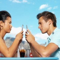 0418_couple-texting_sm